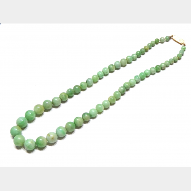 A 19TH CENTURY 9CT GOLD AND CHINESE JADE NECKLACE